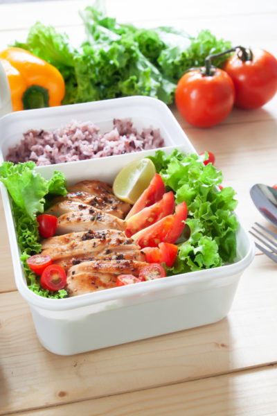 This picture shows chicken and vegetables in a resusable container.